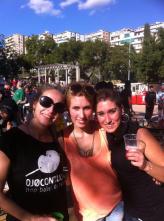 Ester, Lou, Montse a la Paellada Popular organitzada per Ojocontuojo a les Festes de la Verneda