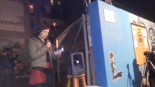 Livia, veïna del barri llegint poema