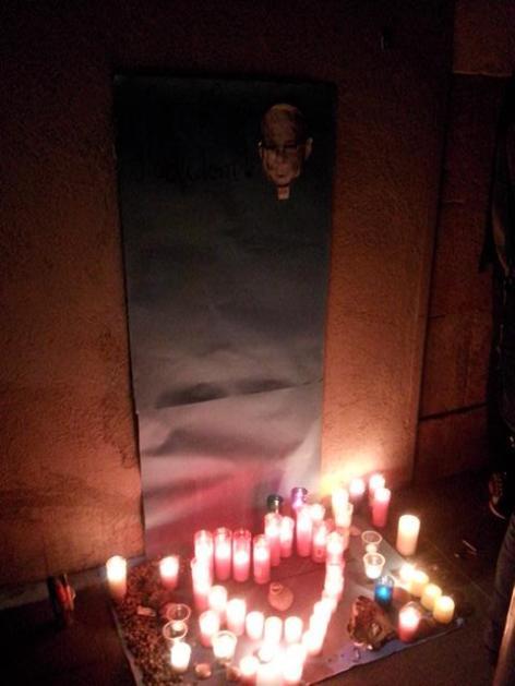 Encesa d'espelmes en memòria de Juan Andrés